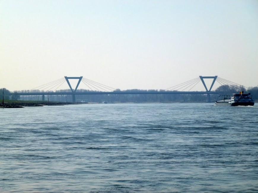 Fotografie der fertiggestellten Rheinbrücke